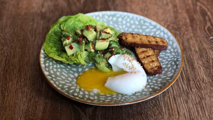 Sergio's Thaise avocadosalade met ei en gerookte tofu