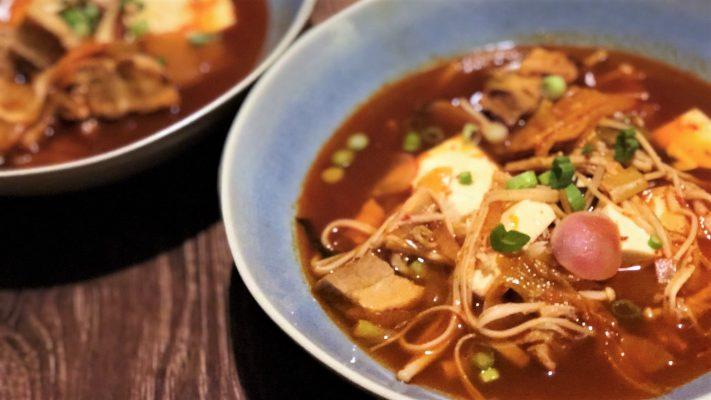Snelle kimchi-stoofschotel met spek en tofu