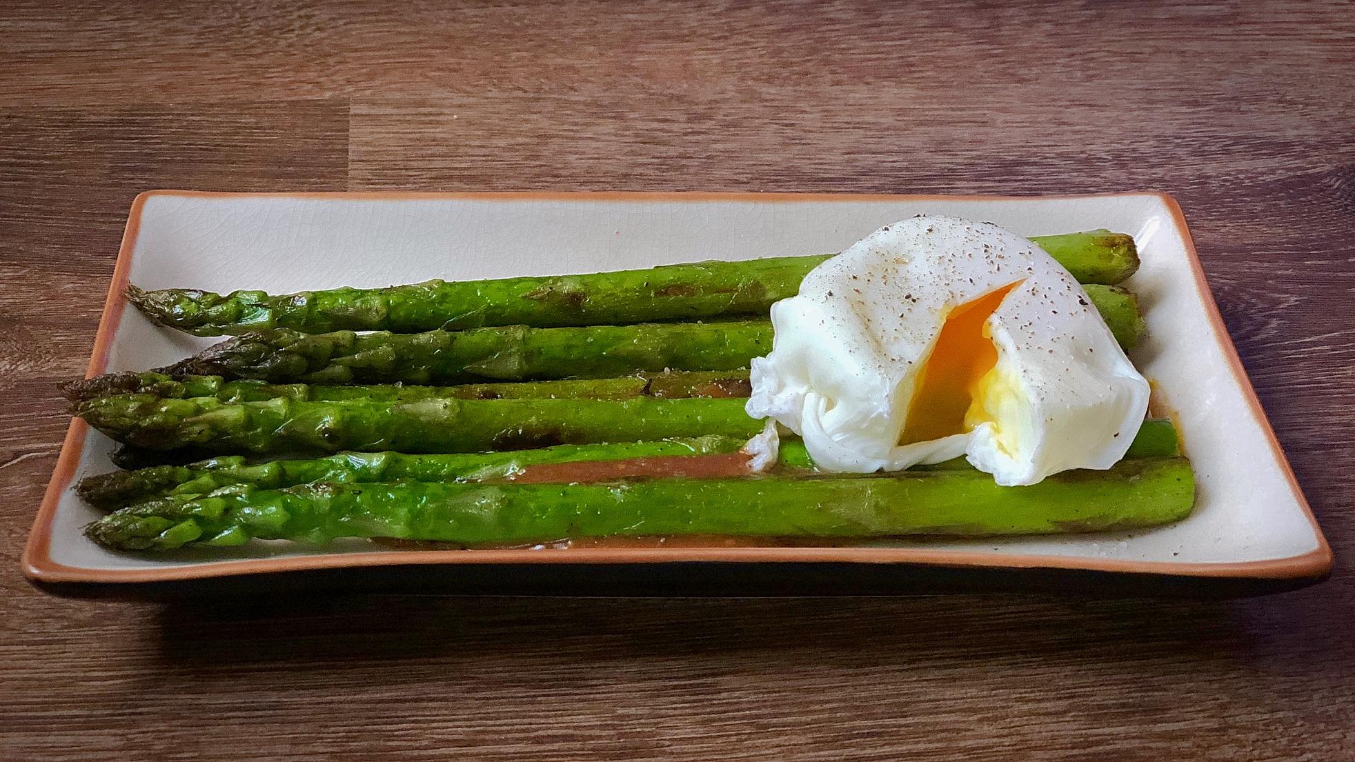 Momofuku's groene asperges met miso en ei