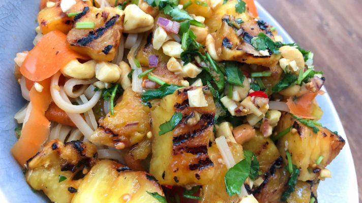 Thaise salade met gegrilde ananas, noedels en kruiden