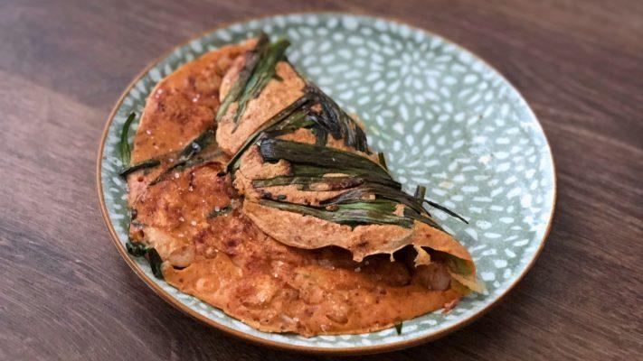 Koreaanse pannenkoek met garnaal en Chinese bieslook