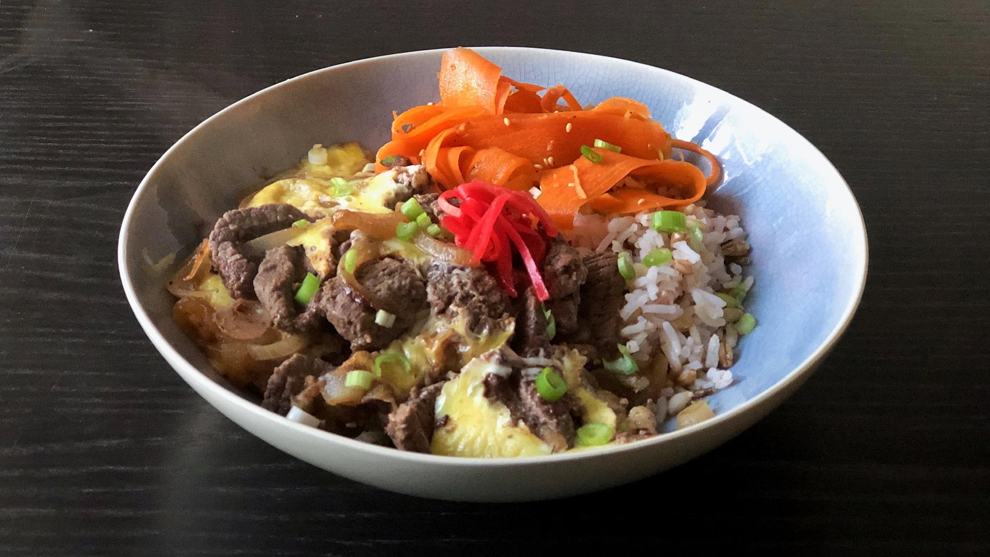 Gyudon: Japans rundvlees met gesmoorde uien, ei en rijst
