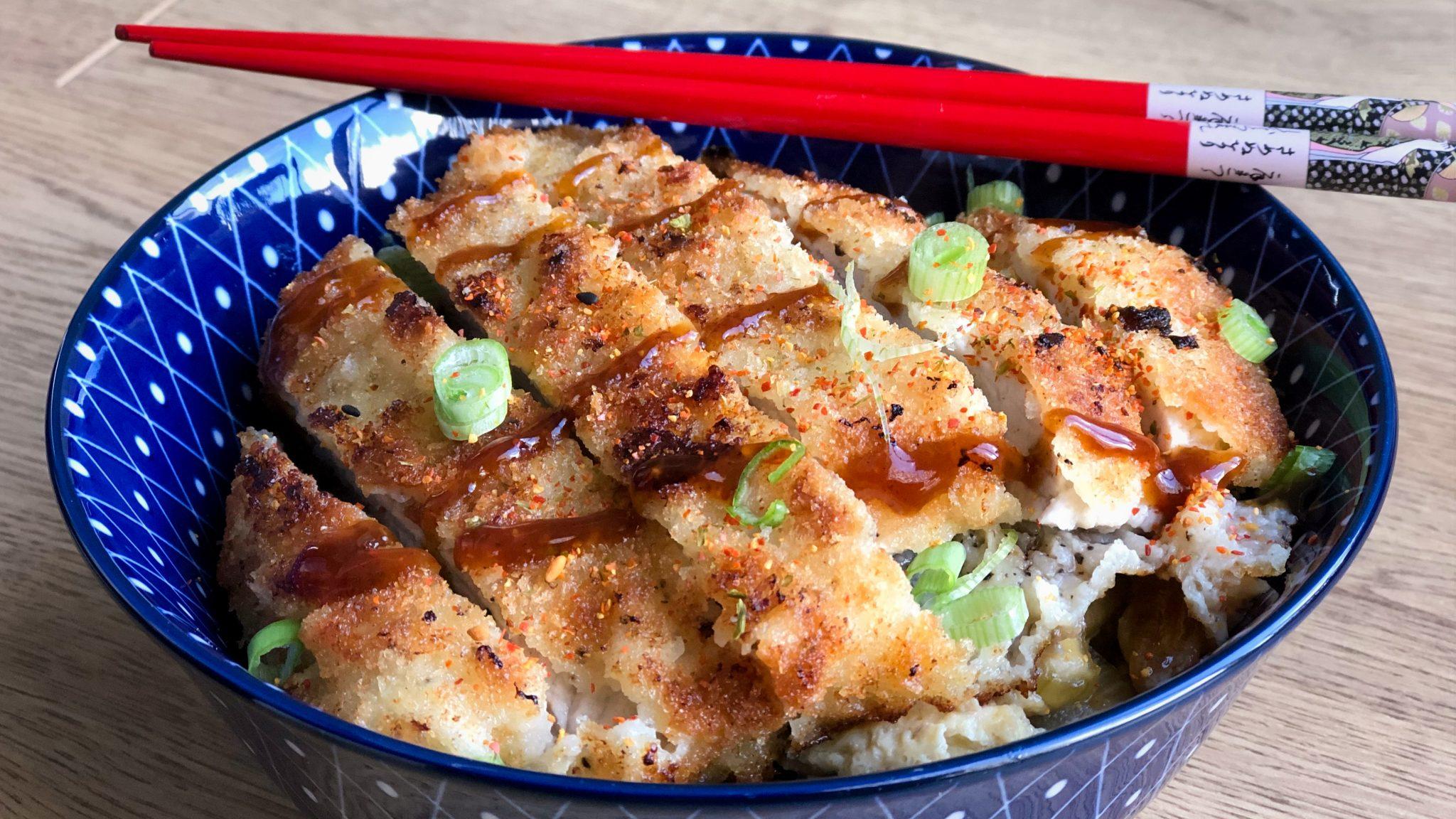 Katsudon: knapperige Japanse schnitzel met rijst, zachte uien en ei