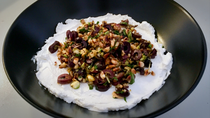 Labneh met olijven en pistache (de ultieme mezze-dip!)