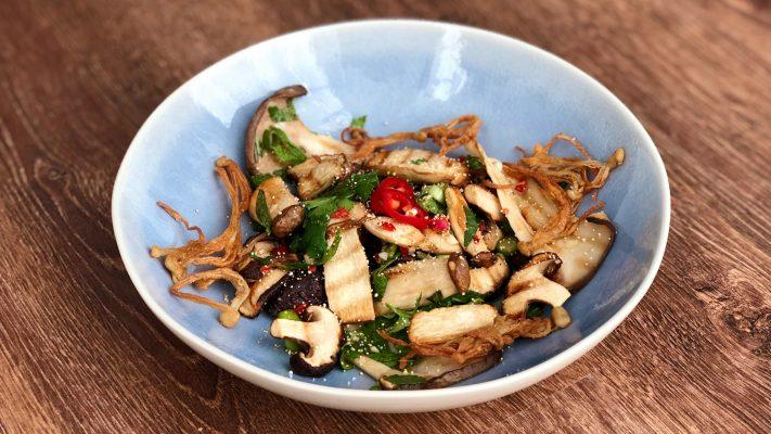 Thaise paddenstoelensalade met crispy enoki