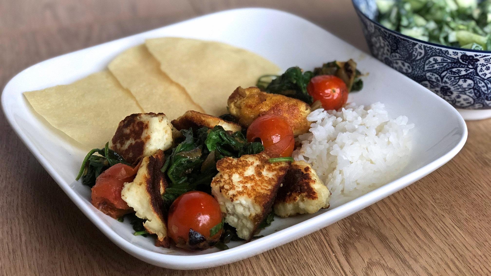 Indiase paneer met verse spinazie en tomaatjes