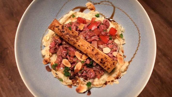 Steak tartaar met aubergine, za'atar en amandel