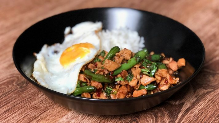 Razendsnelle roerbak: Thaise kip met basilicum