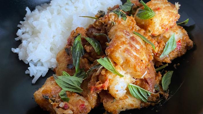 Gefrituurde vis in Thaise rode curry (pla duk phat phet)